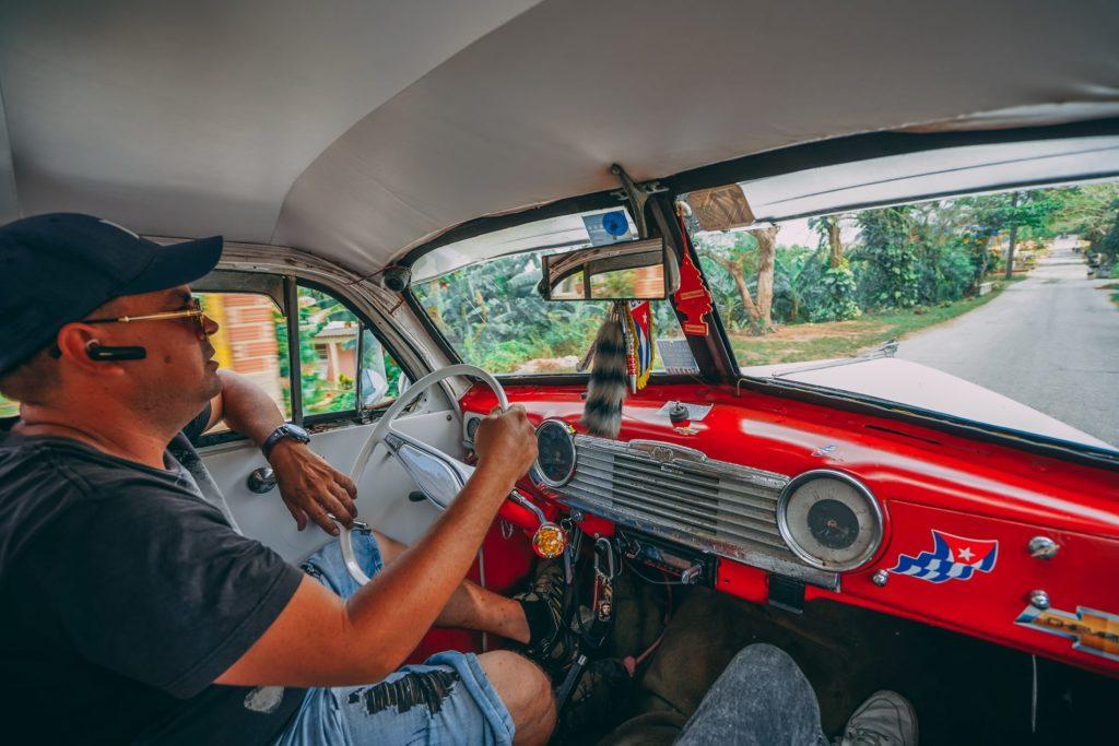 Küba'da eski Amerikan arabaları