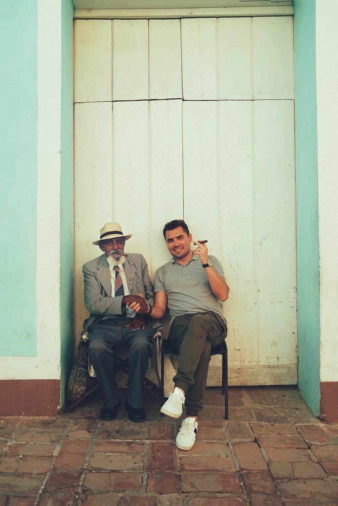 Küba'da puro içen adam